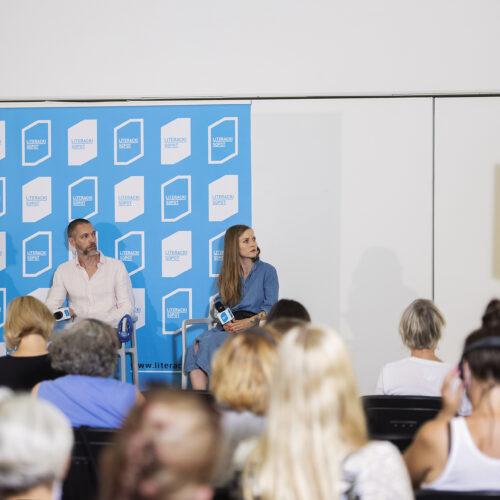 Zdjęcie przedstawia publiczność oraz osoby, biorące udział w debacie.